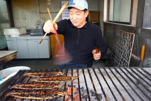 man-grilling-eel-japan